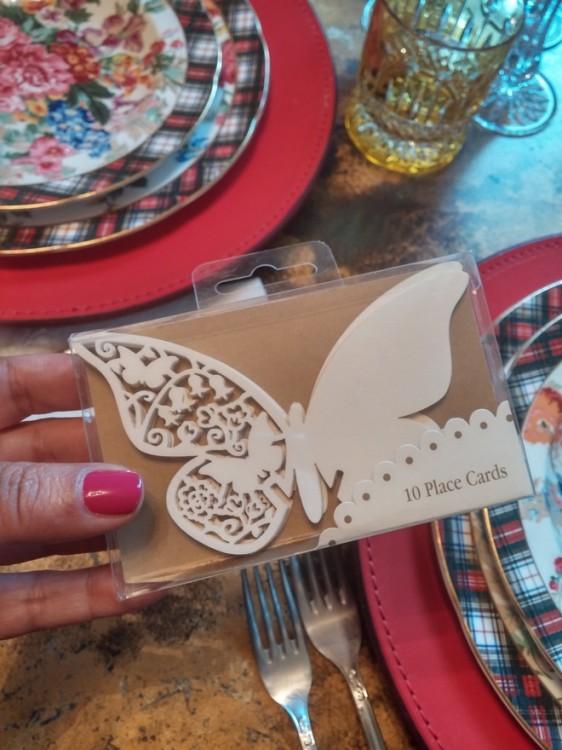 Ετοιμάζω το τραπέζι μου με ένα Μαγιάτικο στεφάνι ως center piece και τα place cards σε σχήμα πεταλούδας για τα ποτήρια των καλεσμένων μου...