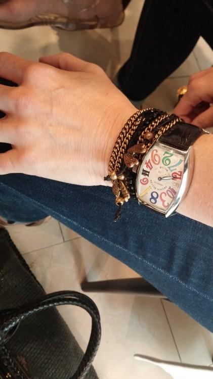 Και εγώ, θαυμάζω το bracelet στον καρπό της Βανέσσας...