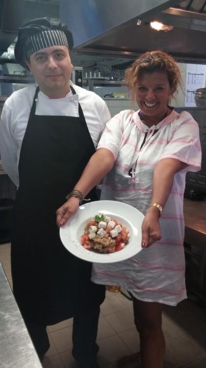 Ετοιμάζουμε την σαλάτα που θα συνοδέψει το Παγιάρ μας. Φυσικά, αν δεν είστε της ...κουζίνας, μην παραλείψετε όταν βρεθείτε στην Μύκονο να δοκιμάσετε το Ψαρονέφρι με την σάλτσα Φέτας, από τα χέρια του chef...