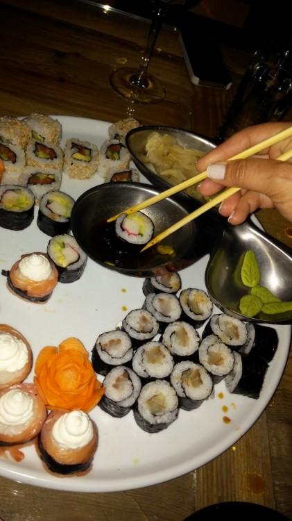 """Η ... """"κυριλέ"""" έναρξη της βραδιάς περιελάμβανε sushi και λευκό κρασί...Που να ξέραμε τι θα ακολουθήσει..."""