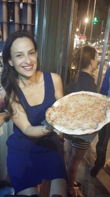 Η αδελφή της εορτάζουσας, Εμμανουέλα Λύκου, με τη συγκλονιστική pizza του Ombra...
