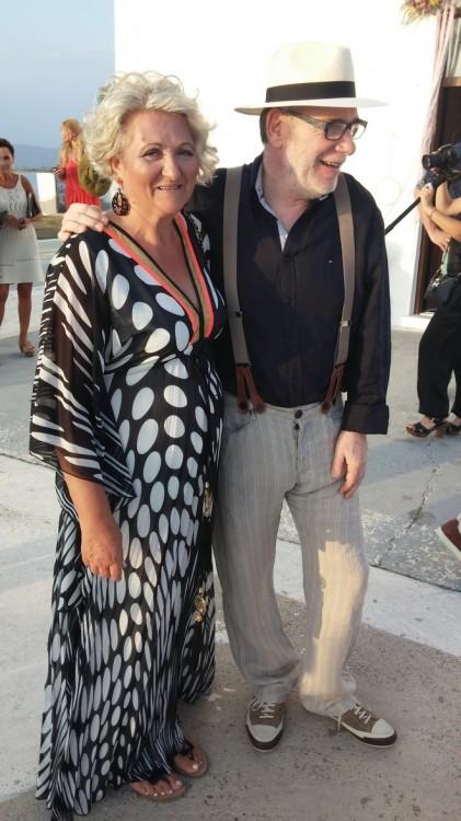 Οι γονείς του γαμπρού, Ανδρέας και Όλγα Μπονέλη, έξω από την Εκκλησία...