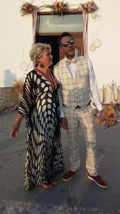 Ο γαμπρός Κώστας Μπονέλης με την μητέρα του, περιμένοντας τη νύφη...