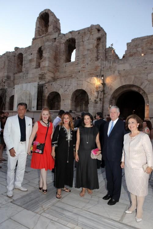 Ο Πρόεδρος του Lifeline Hellas Ζήσης Μπουκουβάλας με την Ειρήνη Νταϊφά, την Αγάπη Πολίτη, την Όλγα Κεφαλογιάννη και το πριγκιπικό ζεύγος της Σερβίας