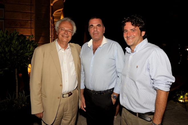 Ο Πρόεδρος του ιδρύματος της Αναργυρείου και Κοργιαλενείου Σχολής, καθηγητής κ. Κωνσταντίνος Στεφάνου, ο Δήμαρχος Σπετσών κ. Παναγιώτης Λυράκης, και ο Διευθύνων Σύμβουλος του Poseidonion Grand Hotel, κ. Αντώνης Βορδώνης