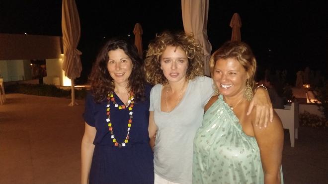 """Χθες βράδυ στο Patmos Aktis...Με την Βίλμα Παπασάββα και την Valeria Golino, χωρίς μακιγιάζ, με ανακατεμένα ακόμη από τον βοριά μαλλιά, χωρίς """"πρέπει"""" και άλλους αστικούς """"κανόνες""""..."""