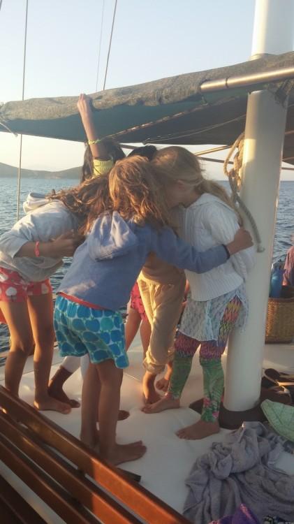 Τα παιδιά μας πιο ευτυχισμένα από ποτέ, λένε ιστορίες από περασμένα καλοκαίρια πάνω στο καϊκι...Πόσα χρόνια τώρα; Μωρά ήταν...