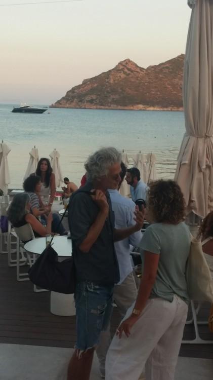 O γνωστός σκηνοθέτης και πρώην σύζυγος της  Ζιλί Γκαγιέ, Amigorena Santiago, ο οποίος παραθερίζει πολλά χρόνια στο νησί...