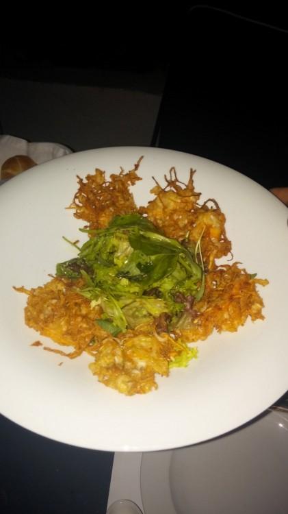 Φριτούρα με καλαμάρι, λαχανικά και σάλτσα αρωματικών...