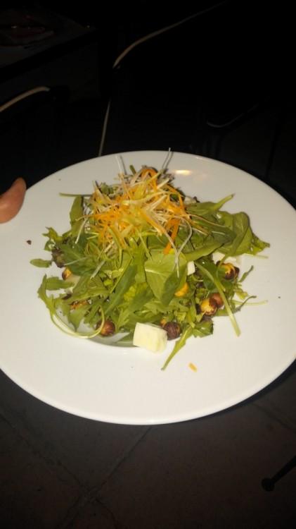 Πράσινη σαλάτα με γκοργκοντζόλα και καβουρδισμένα φουντούκια