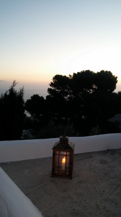 Οι αγαπημένοι μας φίλοι υποδέχονται όλη την παρέα με μία υπέροχη βραδιά στο ακόμη πιο υπέροχο σπίτι τους...Το ηλιοβασίλεμα βρίσκει τους σαράντα καλεσμένους της οικογένειας Γερουλάνου εδώ...