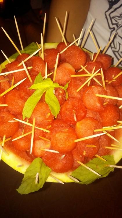 Το υπέροχο cocktail με το πεντανόστιμο finger food κλείνει με αμυγδαλωτά της Πάτμου με γεύση τριαντάφυλλο και φρέσκο καρπούζι...