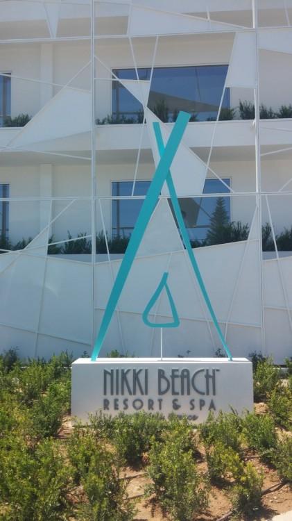 Ένα παλιό, ερημωμένο και εγκαταλελημένο ξενοδοχείο στο Πόρτο Χέλι μεταμορφώθηκε σε ελάχιστο καιρό στο νέο διαμάντι της luxury ομπρέλας του The Nikki!