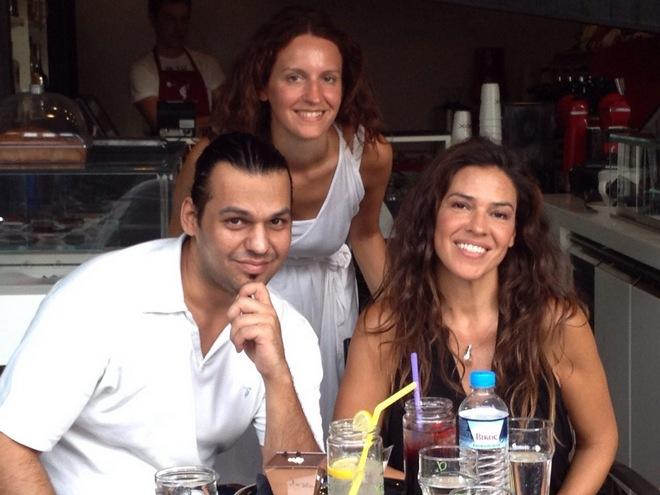 Ο ιδιοκτήτης του Rook Café Στέφανος Κούγκουλος, η Ναταλία Δραγούμη, και η Μπετινα Δερπανοπούλου
