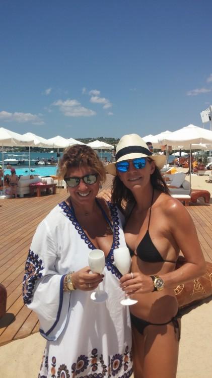 Η Μαρίνα Βερνίκου με υποδέχεται και με ξεναγεί στο ultimate beach club concept που έγινε κιόλας talk of the world!