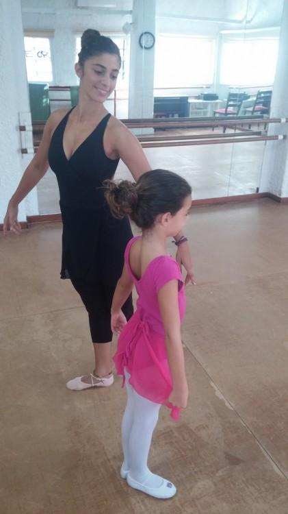 Νωρίτερα σήμερα, η Ελμίνα με την δασκάλα της Χριστιάννα Κοσιάρη, κάνοντας ζέσταμα πριν αρχίσει το μάθημα