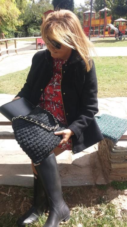 Η μαύρη τσάντα μου -πυ χωράει τα πάντα!- είναι από μαλλί...