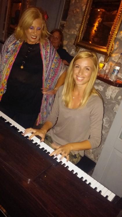 Η Εύη Καλογιάννη αφιερώνει στο πιάνο κομμάτια για την εορτάζουσα όσο η γιαγιά Ελμίνα σιγοτραγουδάει συγκινημένη...