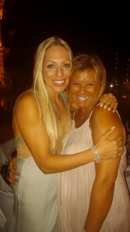 Με την αγαπημένη μου Ρόη Αποστολοπούλου, από τις πρώτες που διάβασε στο Fay's Control για την φιλανθρωπική αυτή βραδιά και έσπευσε να παραβρεθεί...