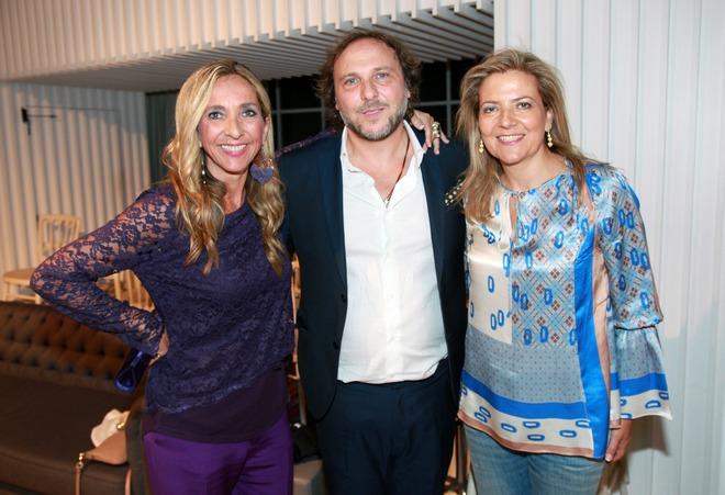 Η Γεωργία και ο Θοδωρής Τσουρούκογλου, ιδιοκτήτες της boutique Detroit με την Πρόεδρο της Επιτροπής Υποτροφιών Γονέων του Κολεγίου Αθηνών-Ψυχικού, Αλίκη Χατζοπούλου