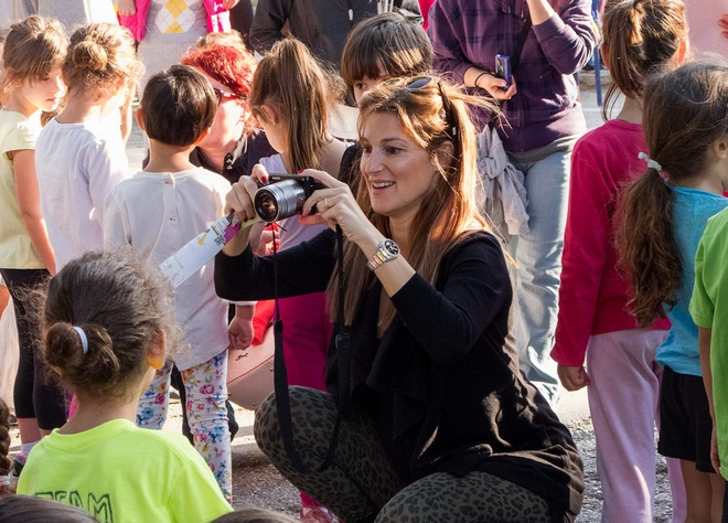 Όλινκα Βαρβιτσιώτη φωτογραφίζει τις κόρες τις που συμμετείχαν στην εκκίνηση των 100μ. για παιδιά νηπιαγωγείου