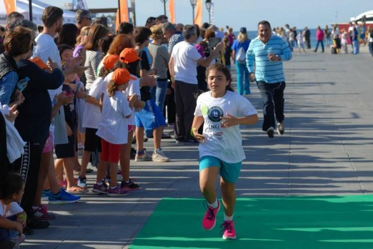 Η Χρυσάνθη Κούκιαρη τερματίζει και από πίσω τρέχει ο πατέρας της, Ντίνος Κούκιαρης...