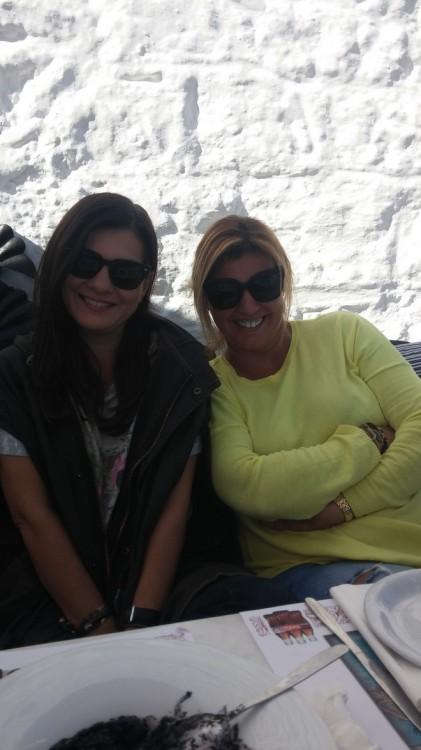 Με την Miss Bloom Ελένη Στασινοπούλου η οποία παραθερίζει επίσης χρόνια στο νησί