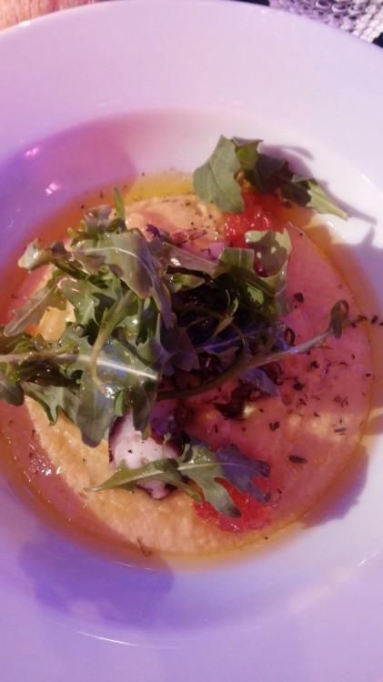 Το δείπνο περιλαμβάνει Σαλάτα με αβοκάντο, καρύδια και φιλέτο πορτοκάλι, Κρέμα Φάβας με μαρμελάδα ντομάτα και χταπόδι στη σχάρα, καθώς και Φιλέτο Charollais, ενώ ολοκληρώνεται με Μους Κάστανο με αχλάδι ποσέ...