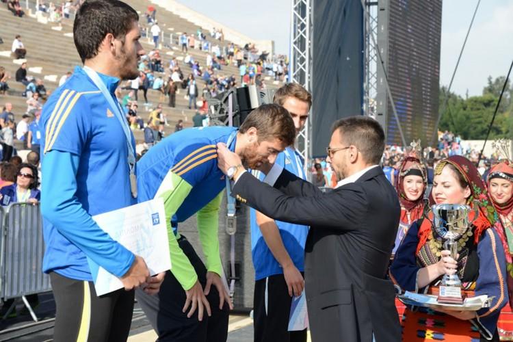 Ο κ. Βασίλης Αποστολόπουλος  βραβεύει τον Κώστα Νακόπουλο, νικητής στη διαδρομή των 5 χιλιομέτρων ανδρών