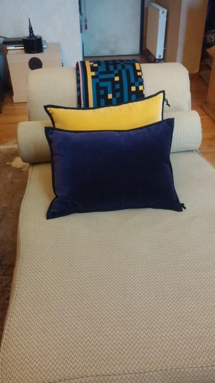 Το ανάκλυντρο.... Με βελούδινα μαξιλάρια από τον Οίκο Elitis και μάλλινο ριχτάρι από το Salacha gifts & more. Το βελούδο και το μετάξι είναι τα υδάσματα που επιλέγει και η Moss για το living room της