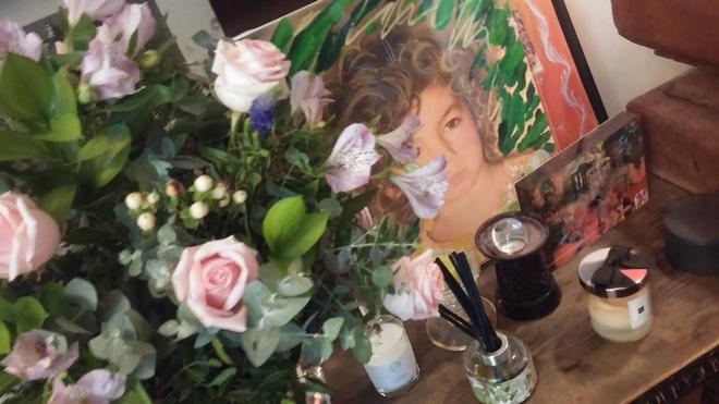 H Kate βάζει τα φρέσκα λουλούδια της σε σαμπανιέρα, δίπλα στο πορτραίτο της κόρης της. Και εγώ...