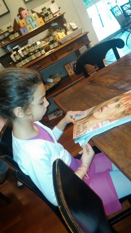 Η μικρή μου μπαλαρίνα περιμένει τη ζεστή της σοκολάτα ξεφυλλίζοντας την Αγγλική Vogue. Δεν βρίσκει κανένα απολύτως ενδιαφέρον, προτιμάμε να πούμε όλα μας τα νέα...