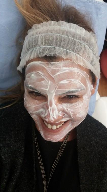 Η ξυλοκαϊνη κάνει την δουλειά της, όσο η φίλη μου ζωγραφίζει καρδούλες με αυτή στο πρόσωπο μου...