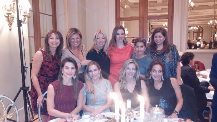 Η Ellie Mantis με τις καλεσμένες της: Σοφία Κούστα, Φαίη Μπέη, Φανή Σαραντοπούλου, Μιράντα Πατέρα, Γιασμίν Οικονομοπούλου, Σαμάνθα ποστολοπούλου, Λάουρα Δράγνη, Νικόλ Κοτοβός και Χριστίνα Μήτση