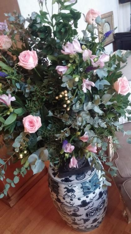 English roses....Είδατε στο video το μπουκέτο με τα ροζ βελούδινα τριαντάφυλλα που κυριαρχεί στον χώρο της Kate Moss? Αυτή είναι η δική μου version, επιμελημένη από την Antoinetta Koutsouradi. Like it?