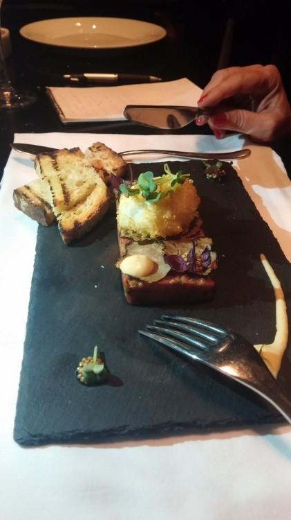 Και επιτέλους, το περίφημο Ταρτάρ από μοσχαρίσιο φιλέτο με μαγιονέζα, horseradish, πίκλα, μουστάρδα και αυγό Πάνκο...