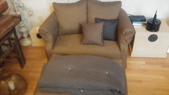 Η love chair μπροστά στην τηλεόραση. Με μεταξωτά μαξιλάρια και ριχτάρι από πούπουλα, από τις Sylloges....