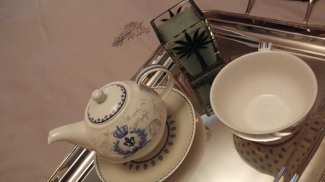 Δίσκος σερβιρίσματος, φλιτζάνι για καφέ και κερί που συνδυάζω με το κέντημα της παπλοματοθήκης, όλα τα βρήκα στην υπέροχη boutique της Ναταλίας Σαλαχά...