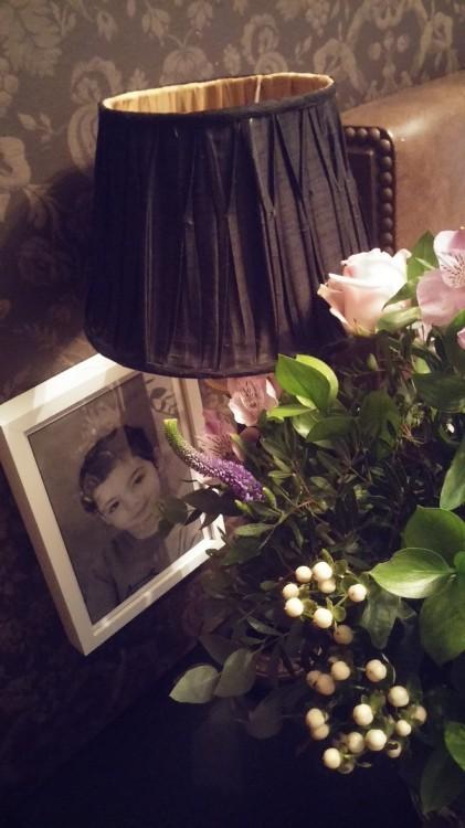 Και το δικό μου: Όταν ξυπνάω θέλω το πρώτο πράγμα που αντικρίζω να είναι η φωτογραφία της κόρης μου και φρέσκα λουλούδια...