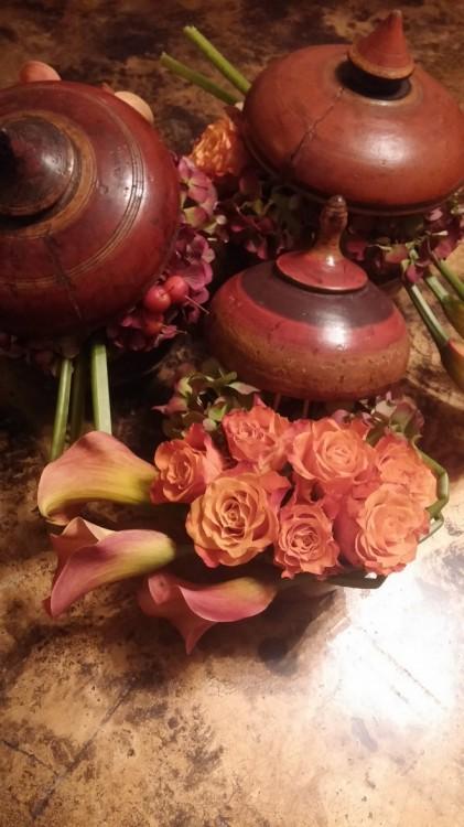 Oρτανσίες, Κάλλες, Τριαντάφυλλα και Still Grass βρήκαν τον χώρο τους μέσα στα ξύλινα μπολ μου που σερβίρω τις Λυβικές πίτες...