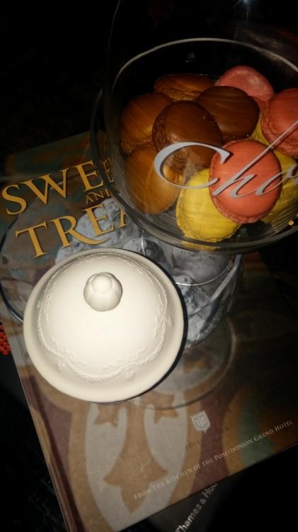 Τα macarons δίπλα στο κερί της Laduree...