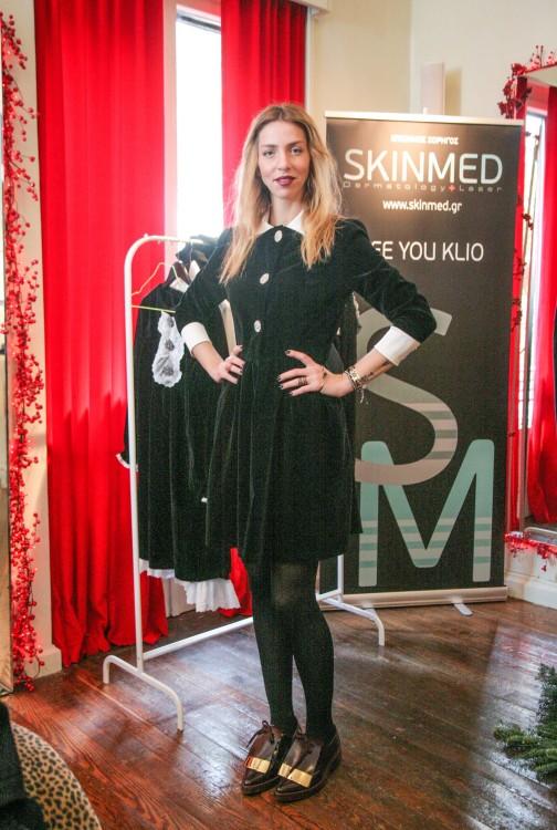 Η Αλεξάνδρα δράκου με άλλη μία δημιουργία της Velvet Collection, μπροστά στο banner του αγαπημένου μας Skin Med, χορηγού του Private Viewing...