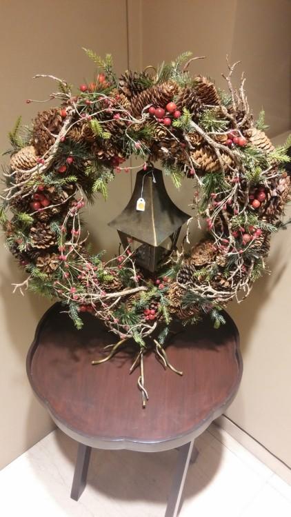"Wow!!!!! Νομίζω πως αυτό είναι....Κομψό, διαχρονικό, μπορεί να ταιριάξει σε οποιονδήποτε χώρο, δεν ""φωνάζει"" την τιμή του, και μπορεί είτε να κρεμαστεί στην πόρτα είτε να τοποθετηθεί πάνω στην βάση του για μία Χριστουγεννιάτικη γωνία..."