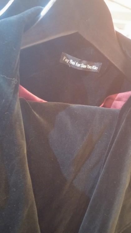 Το βελούδινο κουστούμι με την κόκκινη φόδρα. Με παντελόνι cigarette ή αντρικό. Και με σαλάκι κοντό ή μακρύ...