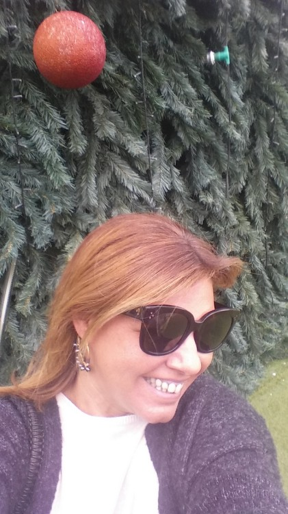 Τραβάω μία selfie μπροστά στο Χριστουγεννιάτικο Δέντρο, ενθουσιασμένη σαν μικρό παιδί