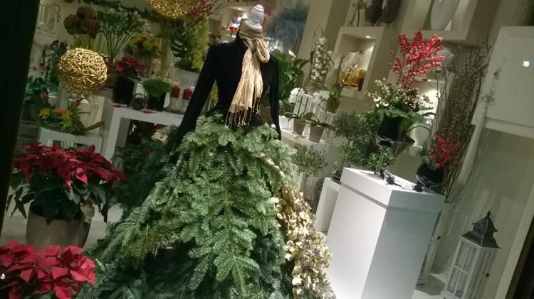 Το ομορφότερο και κομψότερο Χριστουγεννιάτικο δέντρο, δια χειρός Αντουανέτας Κουτσουράδη! Το λατρεύω...