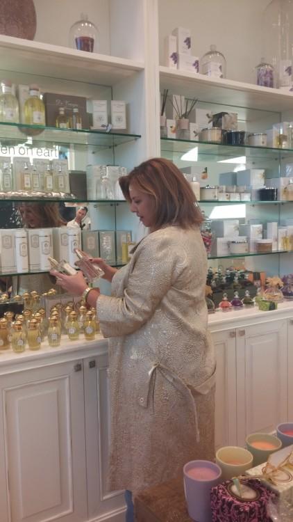 Και κατευθύνομαι στα κομψά ράφια της Annick Gutal, για να διαλέξω άρωμα για την μητέρα μου...Το αγαπημένο της είναι το Vent de Folie...