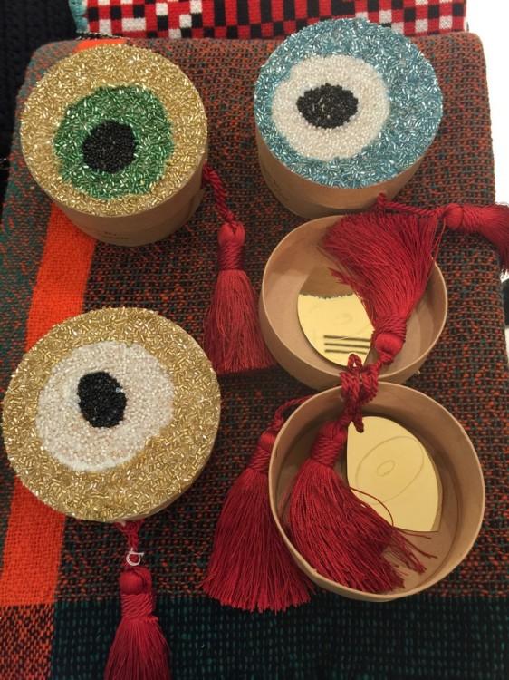 Όμορφα κεντημένα κουτιά σε πολλά χρώματα που μέσα τους κρύβουν άλλο ένα Μάτι, για το καλό...