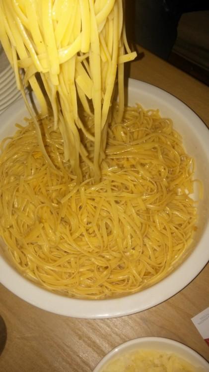 Pasta ala Christos Filios...Μόνο βούτυρο, πεπεροντσίνο και παρμεζάνα...Για τις μεταμεσονύκτιες ώρες δίπλα στο τζάκι...