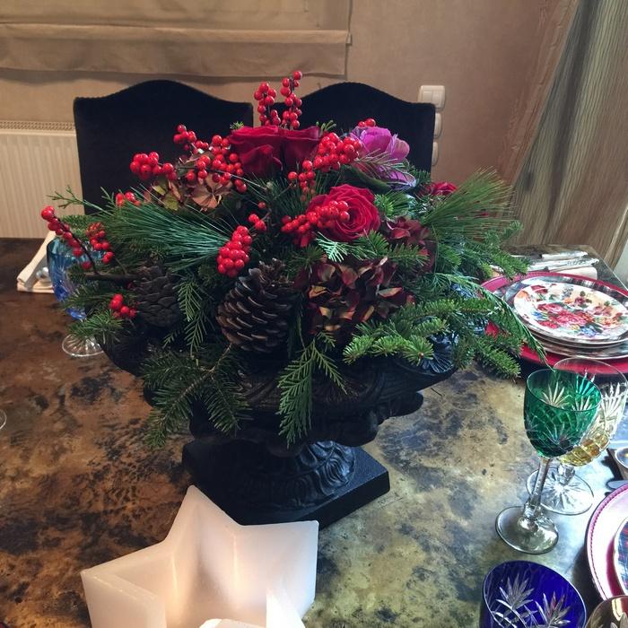 Για το center piece του τραπεζιού, ζήτησα από την αγαπημένη μου florist, Antoinetta Koutsouradi, να μου φτιάξει μία Χριστουγεννιάτικη σύνθεση με λουλούδια όπως ακριβώς αποτυπώνονται στο σερβίτσιο μου...
